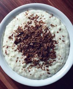 <p>Díky řeckému jogurtu, který použijeme, získáme množství kvalitních bílkovin,… Oatmeal Porridge, Vegetable Recipes, Sweet Recipes, Breakfast Recipes, Sweet Tooth, Food And Drink, Health Fitness, Low Carb, Cooking Recipes