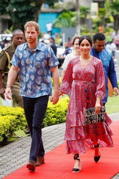 Prince Harry & Meghan Markle Visit University of the South Pacific in Fiji!: Photo Prince Harry and Meghan, Duchess of Sussex are putting on a colorful display! The royal couple attended University of the South Pacific on Wednesday (October… Prinz Harry Meghan Markle, Meghan Markle Prince Harry, Prince Harry And Megan, Harry And Meghan, Beauty And Fashion, Fashion Looks, Royal Fashion, The Duchess, Stella Mccartney Adidas