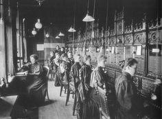 I 1887 kunne Bergens Telefonkopagni innvie apparatsalen i Torgalmenningen 15 med fem nye såkalte multipelbord å numre. Det var ikke lett for kvinner å få jobb rundt århundreskiftet. Telefonsentraljobbene var aktverdige og ettertraktet. Men det var kun som frøken du fikk jobb.