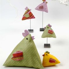 These lovely little chickens are made from Vivi Gade Design Felt from the Helsinki series. Bird Crafts, Easter Crafts, Sewing Crafts, Sewing Projects, Chicken Crafts, Diy Ostern, Chickens And Roosters, Galo, Creative Activities