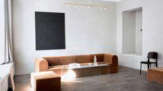 Det är väl nästan ingen som kan ha missat att Kinfolk Magazine har renoverat sitt kontor i samarbete med danska Norm Architectsoch jag tycker de har lyckats så bra att jag är tvungen att lägga upp lite fler bilder här på Brass&Gold. Snacka om klockren inredning!    Den fina soffan som är från PAUSTIANoch en liknande har även setts i Filippa K's nya butik i Stockholm den senaste veckan.    Inredningen präglas av enkelhet med de grå väggarna, vackra mörka golven, naturligt trä och stilrena…