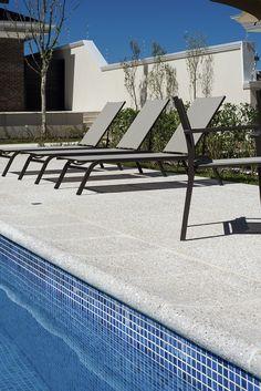 Pacific Branco - Arq. Glauber M M Souza - Foto: Favaro Jr. #piso #design #arquitetura #castelatto #decor #decoração #sofisticacao #textura #inovacao #areaexterna #piscina #piscinadiferente #top #floor #pool #swimmingpool #areaexternal #topoftheday #zonaexterior #exterior #outdoorarea # athermalfloors #pisosatermicos #pisoquenaoaquece #naoaquece #conforto #piscinas