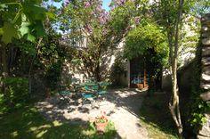 Cette maison ancienne rénovée située dans un jardin arboré, vous accueille pour un séjour agréable au calme. Chacune des chambres possède sa salle de bain.