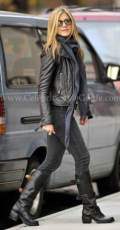 Jennifer Aniston trägt schwarze Leder Bikerjacke, dunkelgraue enge Jeans, rotbraune kniehohe Stiefel aus Lede Buy the look: lookastic. Cute Fall Outfits, Fall Winter Outfits, Casual Outfits, Black Outfits, Hipster Outfits, Classic Outfits, Pretty Outfits, Spring Outfits, Casual Shoes