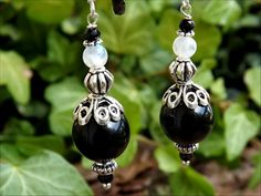 Boucles larges perles d'Obsidienne oeil céleste, Labradorite blanche, Spinelle, onyx, argent massif: ᘛ Etreinte rituelle ᘚ : Boucles d'oreille par atelier-bijoux-legendaires