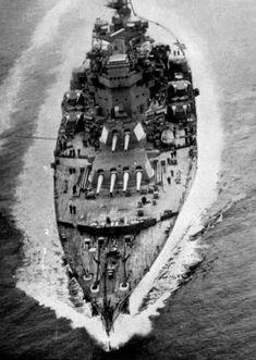 HMS King George V (41) - Corazzata classe King George V - Varata 21 febbraio 1939 - Caratteristiche generali Dislocamento 42.000 Lunghezza 227 m Larghezza 31 m Pescaggio 9.9 m Propulsione 8 caldaie Admiralty Quattro turbine Parsons quattro eliche (diametro 4.42 m) 125,000 Shp Velocità 28 nodi Autonomia 5.400 mn a nodi 18 Equipaggio 1.314 - 1.631