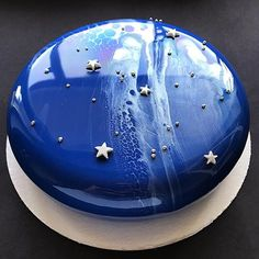 ⭐️⭐️⭐️⭐️⭐️for this mirror glaze cake by It looks heavenly! Pretty Cakes, Cute Cakes, Beautiful Cakes, Yummy Cakes, Amazing Cakes, Healthy Meals For Kids, Kids Meals, Healthy Food, Wilton Cakes
