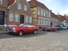 Der kører rigtig mange gamle flotte biler rundt i landet om sommeren. og jeg fotograferer alle dem jeg kan.Her er de parkeret i Ribe.