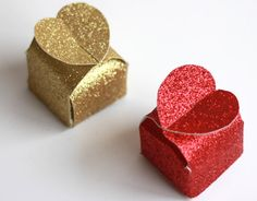 Valentine ideas - Glitter heart boxes - These valentine heart boxes are sooo cute. This website gives you a free template as well as instructions on how to make them. You can fill them with little treats such as love hearts or chocolate kisses. Valentines Gift Box, Homemade Valentines, Valentine Day Crafts, Valentine Heart, Valentine Ideas, Glitter Hearts, Valentine's Day Diy, Diy Gifts, Gift Boxes