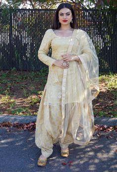 It's very beautiful dress Patiala Salwar Suits, Indian Salwar Suit, Indian Suits, Indian Dresses, Sharara, Churidar, Anarkali, Designer Punjabi Suits, Indian Designer Wear