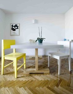 www.picapino.es Mesa de comedor realizada en pino barnizado con tablero forrado de aluminio. Sillas de madera de pino pintada en amarillo y teñida en blanco. Foto: Jimena Roquero.