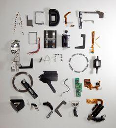 ステファン・アブラハムによる分解されたカメラ部品で構成したタイポフェイス