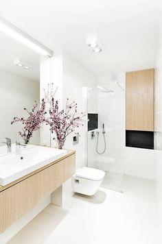 Jasna łazienka z drewnianą zabudową