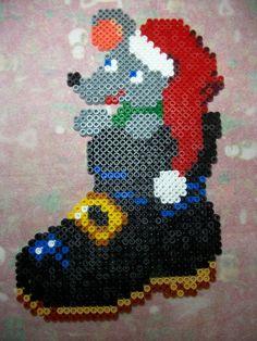 Souris dans une botte de noël en perles Hama http://mes-petites-creations-13.skyrock.com/3237695323-Souris-dans-une-botte-de-noel-en-perles-Hama.html