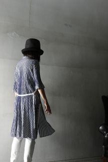 コットン、シルク混紡の糸を先染めしストライプに織り上げた七分袖のシャツ。それぞれの素材の持ち味を活かす為に製品洗いで仕上げてあります。これからの季節、涼しげな風合いをお楽しみ下さい。