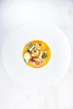 Leckere Fischsuppe (Bouillabaisse) nach Johannes King mit Dorade und Rotbarbe, dazu ein aromatischer Sud und frischer Oliven-Kartoffelbrei.