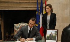 King Felipe VI sent a message to President Hollande and, with Queen Letizia, visited the residence of the French Ambassador to sign the condolence book. King Juan Carlos and Queen Sofia did the same.