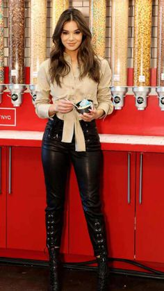 Hailee Steinfeld looking super sexy wearing leather Trousers Black Leather Pants, Leather Trousers, Leather Boots, Hailey Steinfeld, Botas Sexy, Glamour, Divas, Celebrity Style, Celebrity Women