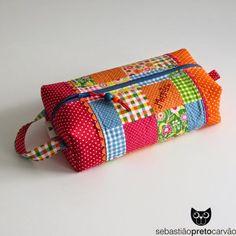 o final do ano escolar trouxe-me uma série de encomendas para educadoras e professoras, são peças sempre úteis mas que são personaliza... Scrap Fabric Projects, Fabric Scraps, Patchwork Bags, Quilted Bag, Bag Quilt, Clutch Pattern, Diy Bags Purses, Frame Purse, Bag Patterns To Sew