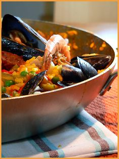 Paella Valenciana - reminds me of my time in Spain Love Food, A Food, Food And Drink, Paella, Best Comfort Food, Chorizo, Yummy Treats, Entrees, Tasty