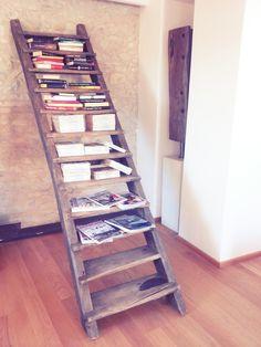 Ex scala in legno riconvertita in libreria