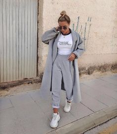 cozy grey and white outfit, street style fashion, comfy and stylish, trendy sweatpants Lazy Outfits, Sporty Outfits, Mode Outfits, Trendy Outfits, Fashion Outfits, Style Fashion, Sporty Fashion, Airport Outfits, Travel Outfits