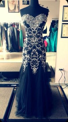 I wish that I was wearing this black prom dress to my prom!