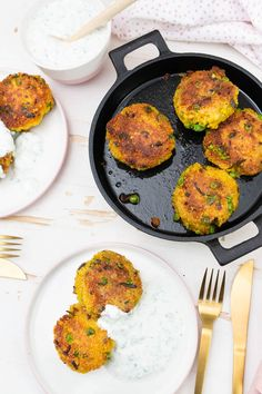 Vegetarian patties with bulgur and mint dip - quick & easy and ideal for the whole family Western Diet, Baked Yams, Tortellini, Eating Plans, Food Items, Meal Planning, Breakfast Recipes, Vegetarian Recipes, Food And Drink