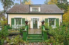 แบบบ้านกระท่อมสไตล์วิคตอเรีย ตกแต่งภายในให้อารมณ์วินเทจ ดูสบายตาน่าอยู่ | NaiBann.com - แบบบ้าน แต่งบ้าน เฟอร์นิเจอร์ ตกแต่งบ้าน คอนโดมิเนียมแบบบ้านชั้นเดียว บ้านสวย บ้านไม้ ห้องนอน ห้องนั่งเล่น ห้องครัว ห้องน้ำ บ้านและสวน ตกแต่งภายใน บ้านสองชั้น แบบบ้านฟรี