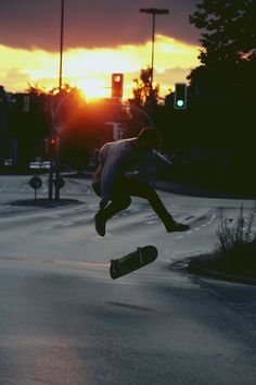 Image about boy in Skate 😊❤️ by Skateboard Photos, Skate Photos, Skateboard Girl, Skate And Destroy, Turn To Stone, Skater Boys, Skate Surf, Desenho Tattoo, Longboarding