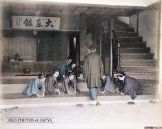 OLD PHOTOS of JAPAN: お客のお出迎え 1890年代