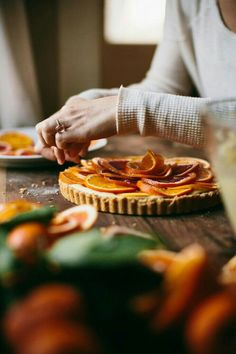 Mmmm - a delicious how-to recipe for making an orange-chocolate tart. Would be fantastic as a Mother's Day brunch dish or for a bridal shower party. Tarte Orange, Chocolate And Orange Tart, Just Desserts, Dessert Recipes, Gula, Sweet Tarts, Kitchenaid, Quiches, Sweet Recipes