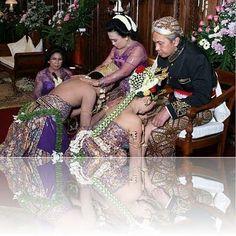 Upacara Pernikahan Adat Solo | Idaz Dekorasi | Dekorasi Pelaminan Modern | Dekorasi Pelaminan Tradisional | Wedding Dekorasi | Paket Pernikahan |