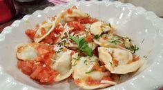 Capelettis de salchicha parrillera con salsa de albahaca