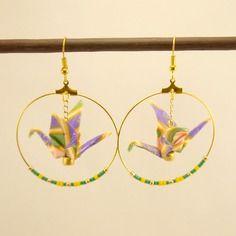 Boucles d'oreilles créoles en métal doré, grue origami en papier yuzen et perles miyuki vertes, dorées et jaunes