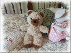 Puppy School, Knitted Teddy Bear, Filet Crochet, Diy Toys, Julie, Miniatures, Voici, Knitting, Baby