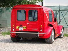 Une 2CV vous dépasse ... plus de 280 km/heure...  Pas de souci, vos sens ne vous trahissent pas... Quelques fêlés ont fait le pari de monter la carrosserie d'une fourgonnette 2CV sur un châssis de Ferrari 355...   Résultat : une deudeuche qui atteint les 290 km/h.