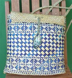 kete New Zealand Flax, New Zealand Art, Flax Weaving, Basket Weaving, Woven Baskets, Weaving Patterns, Knitting Patterns, Sisal, Maori Designs