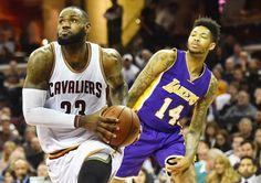 LeBron James (26 points, 9 passes, 7 rebonds) s'est employé dans les derniers instants pour résister à un Nick Young (32 points) sur une autre planète.