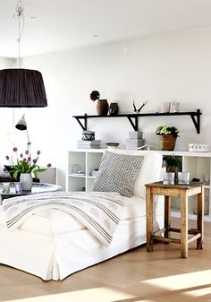 półka nad łóżkiem,ściana z półką nad łóżkiem w sypialni,dekoracja ściany nad łóżkiem,biala sypialnia z czarnymi i drewnianymi dodatkami,skandynawska sypialnia
