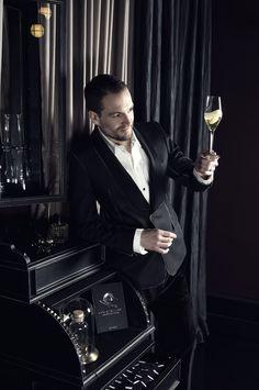 Cocktailian - Das Handbuch der Bar. Ob Einsteiger oder Profi - In diesem Buch kommt jeder Cocktailliebhaber auf seine Kosten. Anhand von 13 Key Cocktails werden 230 Rezepturen vorgestellt sowie Tipps gegeben, wie ganz einfach 100 weitere Cocktails abgeleitet werden können.
