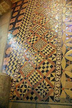 Cathédrale Saint-Denis , Paris- Nécropole des rois de France, dallage ancien retrouvé dans une chapelle (à partir du XII°s)