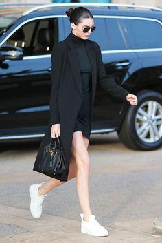 Kendall Jenner: La modelo, con uno de sus habituales looks monocolor. Lleva minivestido de cuello cisne, de Rachel Pally; abrigo recto, de TY-LR; zapatillas de Céline; bolsito, de Hermès; y, gafas de sol de Saint Laurent.