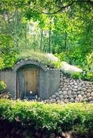 Rock covered side to the rootcellar? Log Home Living, Back Gardens, Rooftop Gardens, Root Cellar, Underground Homes, Earth Homes, Garden Living, Earthship, House Roof