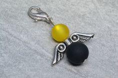 Dieser einzigartige (Ketten-)Anhänger ist ein ägyptisches Engelchen aus schwarzen und gelben Polarisperlen.    Bei diesem selbstgemachten / handgemachten Perlenschmuck, wurde je eine schwarze und gelbe Polarisperle und ein ägyptischer Flügel verarbeitet. Man kann den Engel sowohl als Wechselschmuck an Halsketten, als Anhänger (zB. an Taschen), wie auch als Charm für Armbänder nutzen. --- Shop: www.schmuck-mg.com