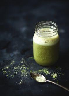 Smoothie au thé vert, banane & érable  INGRÉDIENTS : 2 tasses de lait d'amandes à la vanille  1/2 c. à soupe de poudre de matcha (disponible chez David's Tea)  1/2 banane congelée 1 c. à soupe de sirop d'érable  ÉTAPES Sortir la banane du congélateur quelques minutes avant de l'éplucher.  Mélanger tous les ingrédients ensemble, jusqu'à l'obtention d'une texture lisse et homogène.