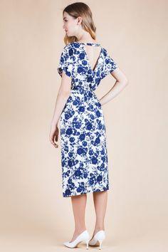 Платье-миди из вискозного материала с принтом сине-белого цвета. Модель прямого…