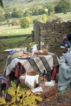 A cozy rustic picnic in the countryside, with wholesome homemade picnic food and blankets to stay warm and snug Fall Picnic, Picnic Time, Country Picnic, Picnic Spot, Country Life, Country Living, Victoria Magazine, Romantic Picnics, Romantic Meals