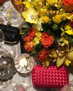 Acessórios indispensáveis: flores bolsas cinzeiros candles celular e eis que visualizo alguns tubinhos de Epocler mon cher ! #noitada #vandabirthday #details #followme #followlordrollo #pink #flowers #epocler #wine #champagne by fabriziorollo