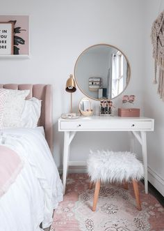 15 Cool Bedroom Vanity Design Ideas - Page 5 of 15 - Bedroom Design Small Bedroom Vanity, Mirror Bedroom, Small Vanity Table, Bedroom Makeup Vanity, Small White Bedrooms, Vanity Room, Vanity Bathroom, Diy Vanity Table, Bedroom Vanities